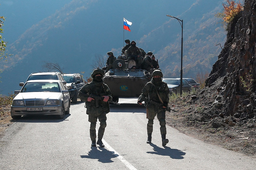 Лачинский коридор начал пропуск первых машин под надзором российских миротворцев